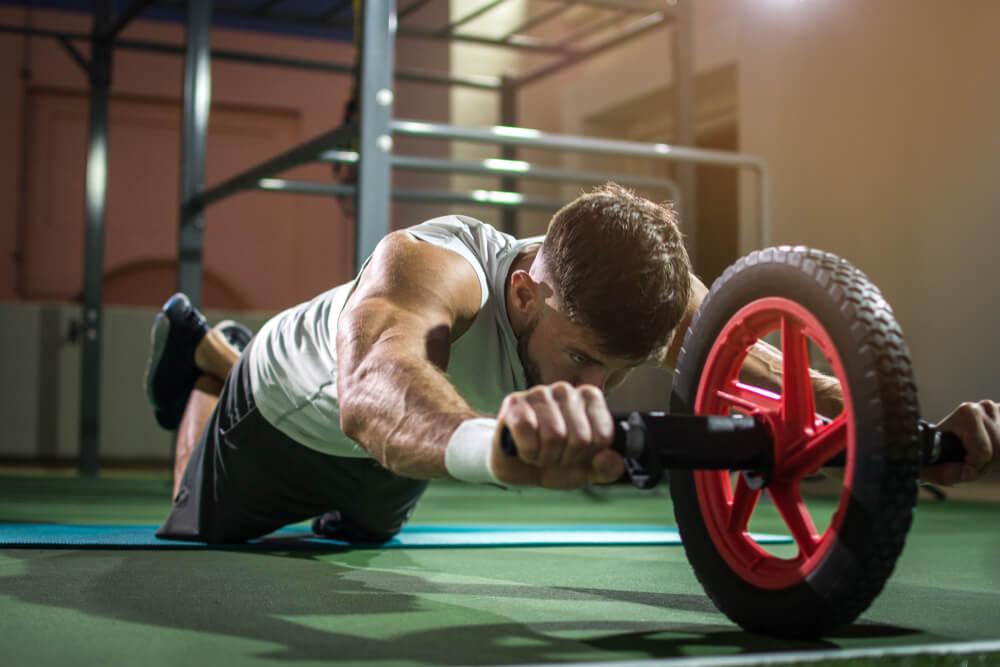 腹筋ローラーで腹筋を鍛える男性