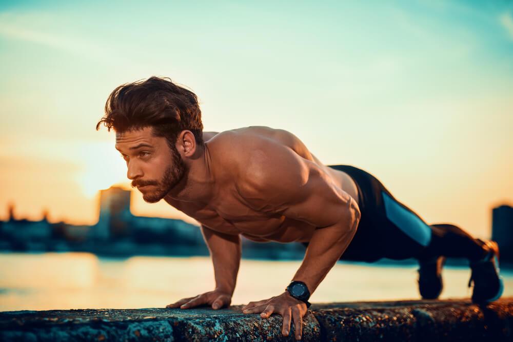 ナロープッシュアップで大胸筋の内側を鍛える男性