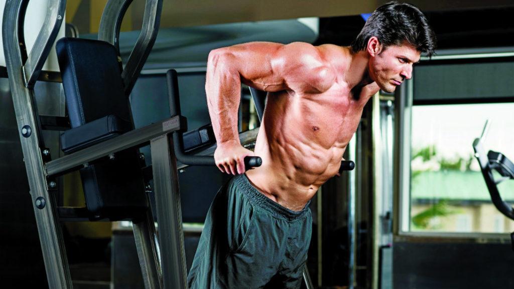 大胸筋・上腕三頭筋・肩を鍛える筋トレの種目であるディップスを行う男性