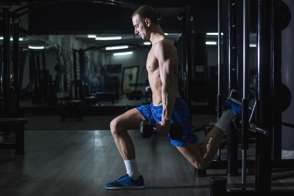ブルガリアンスクワットで脚を鍛える男性