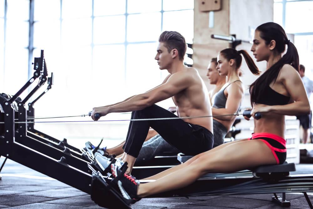 ロウイングで背筋を鍛える男性と女性