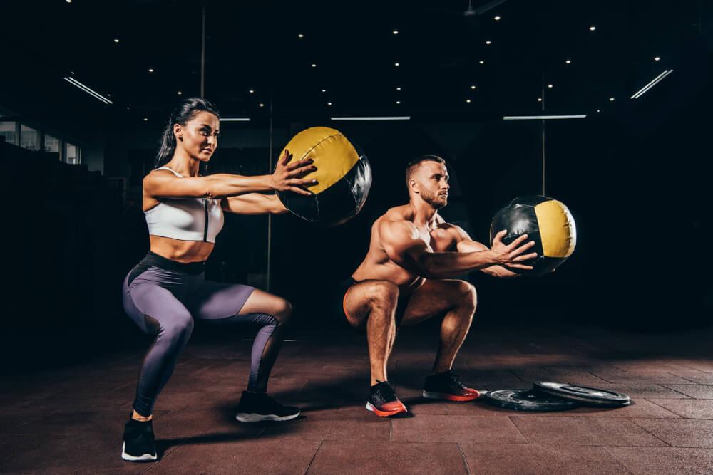スクワットで脚を鍛える男性と女性