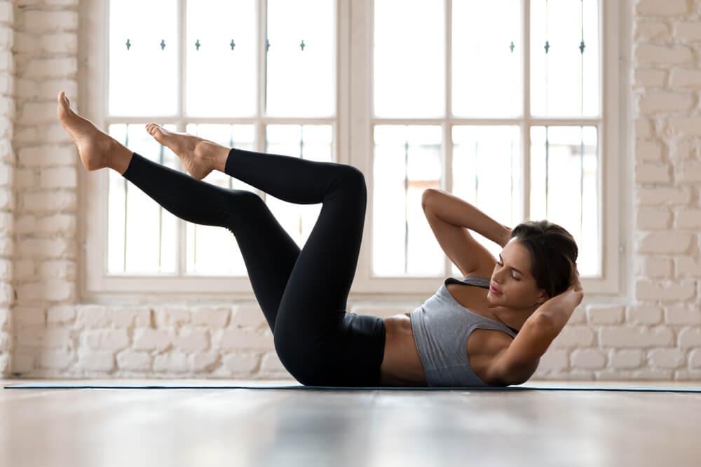 クランチで腹筋を鍛える女性