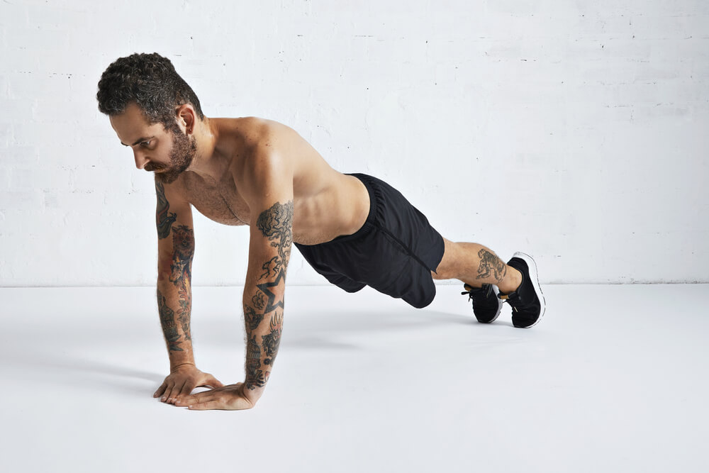ダイヤモンドプッシュアップで腕を鍛える男性