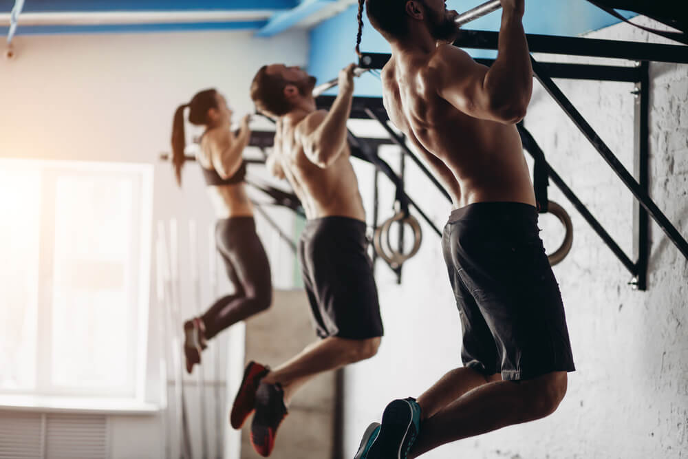 懸垂で大円筋を鍛える男性と女性