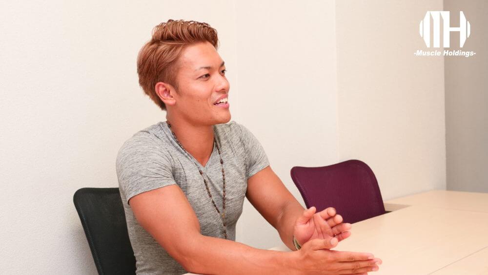 インタビューに明るい表情で答えるTASK(タスク・鎌田侑)