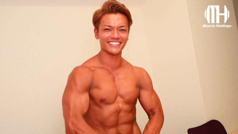 腕や胸の筋肉を強調するポージングをするTASK(タスク・鎌田侑)
