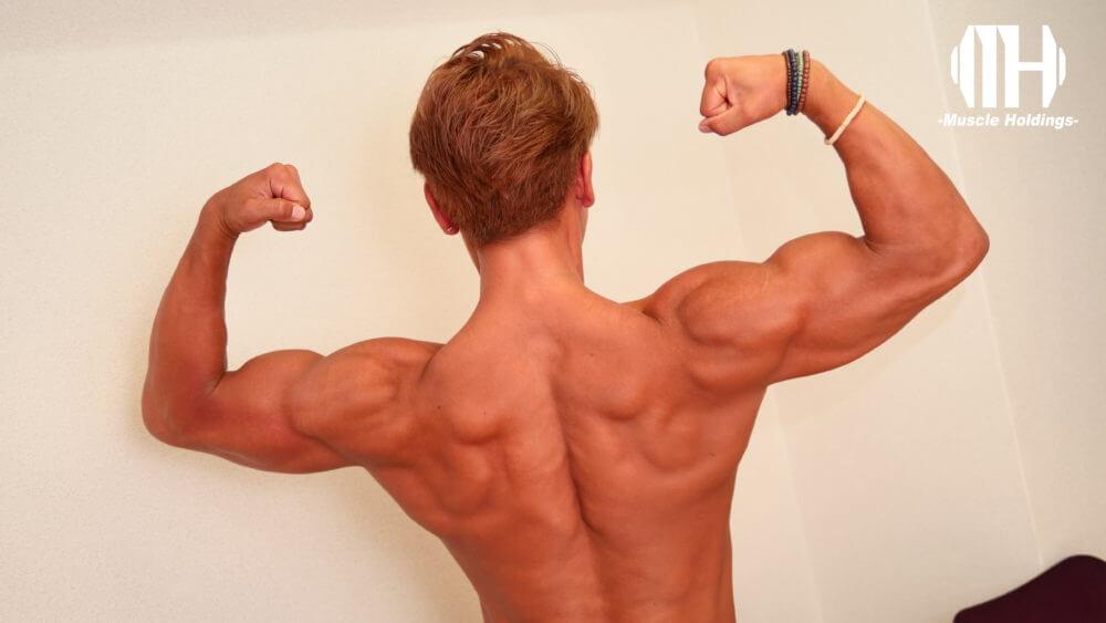 上腕二頭筋や上腕三頭筋や広背筋を強調するポージングをするTASK(タスク・鎌田侑)
