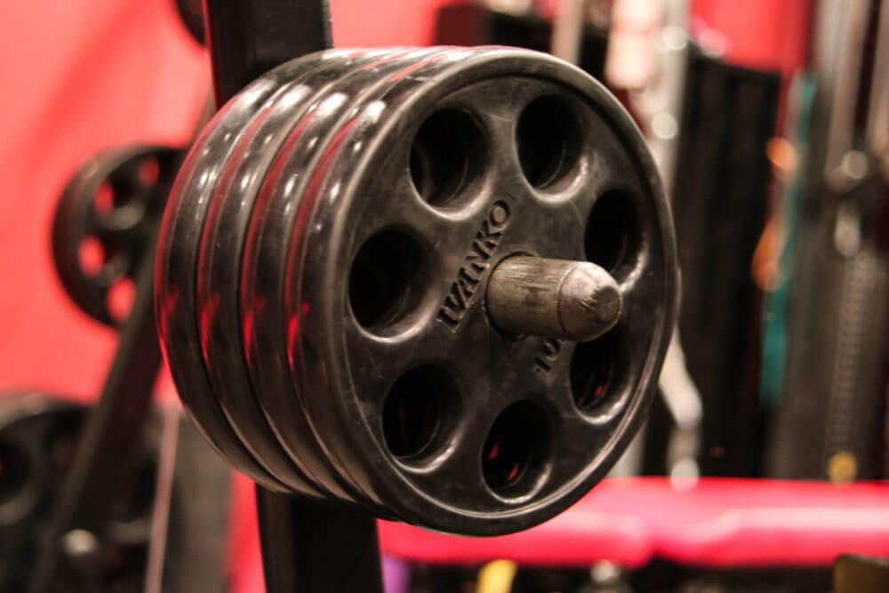 上腕三頭筋を鍛える種目であるスミスマシンクローズグリップベンチプレスに必要なプレート