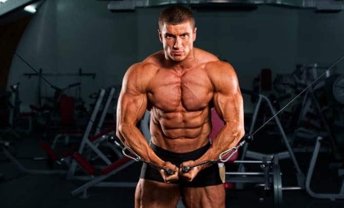 大胸筋を鍛える筋トレの種目であるケーブルクロスオーバーを行う男性