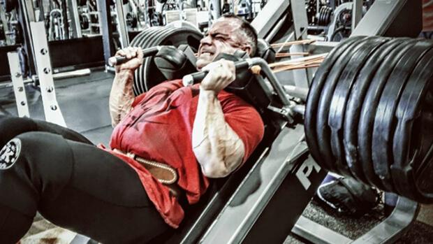 大腿四頭筋を鍛える筋トレであるハックスクワットを行う男性