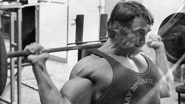 三角筋前部を鍛える筋トレであるバックプレスを行う男性