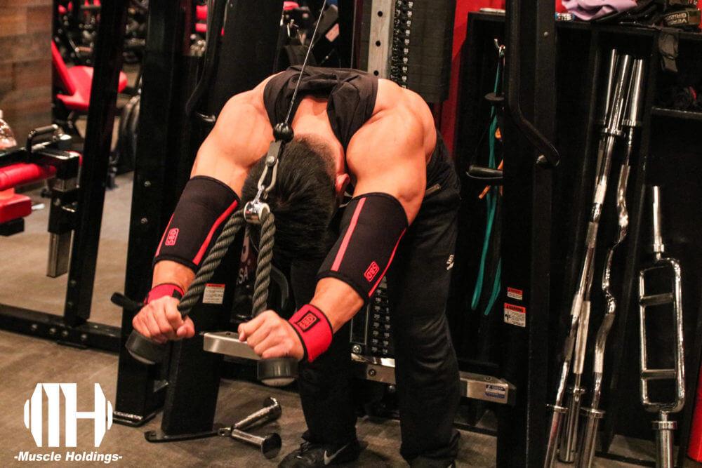 上腕三頭筋を鍛える種目であるオーバーヘッドエクステンションを行うケビン