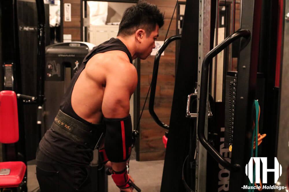 上腕三頭筋を鍛える種目であるプレスダウンを行うケビン