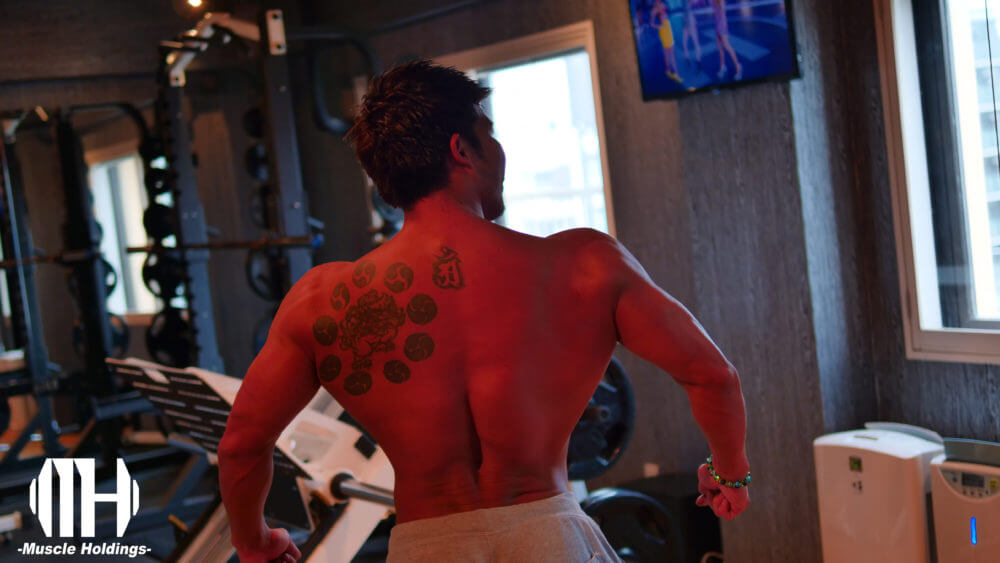 大山大輔の背中の筋肉を強調したポージング