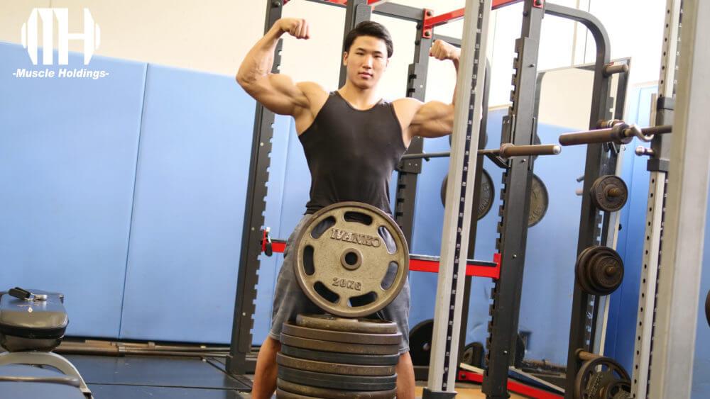 ユーテツの上腕二頭筋と上腕三頭筋を強調するポージング