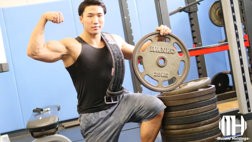 上腕二頭筋と上腕三頭筋が強調されたポージングをするユーテツ