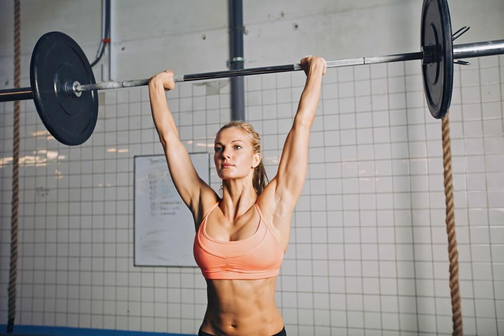 ミリタリープレスで肩を鍛える女性