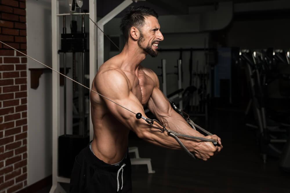 ケーブルクロスオーバーで大胸筋を鍛える男性