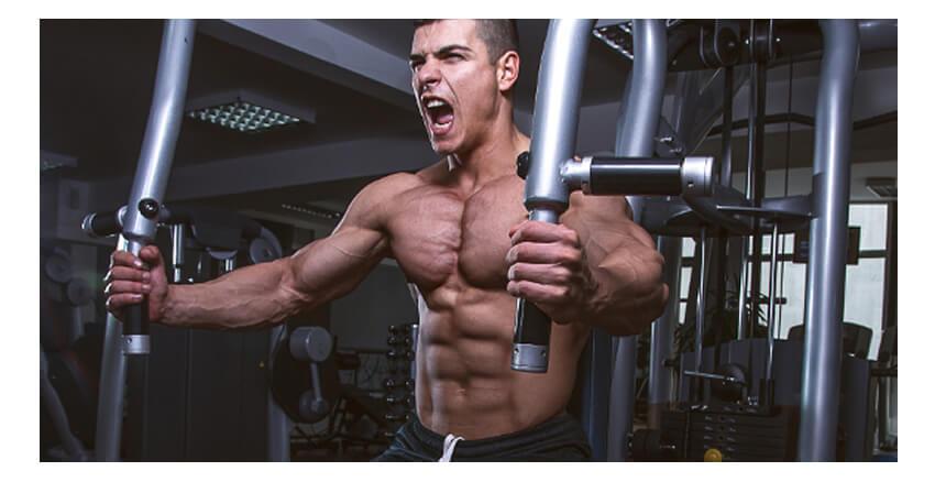ペックフライで大胸筋の筋トレをするマッチョな男性