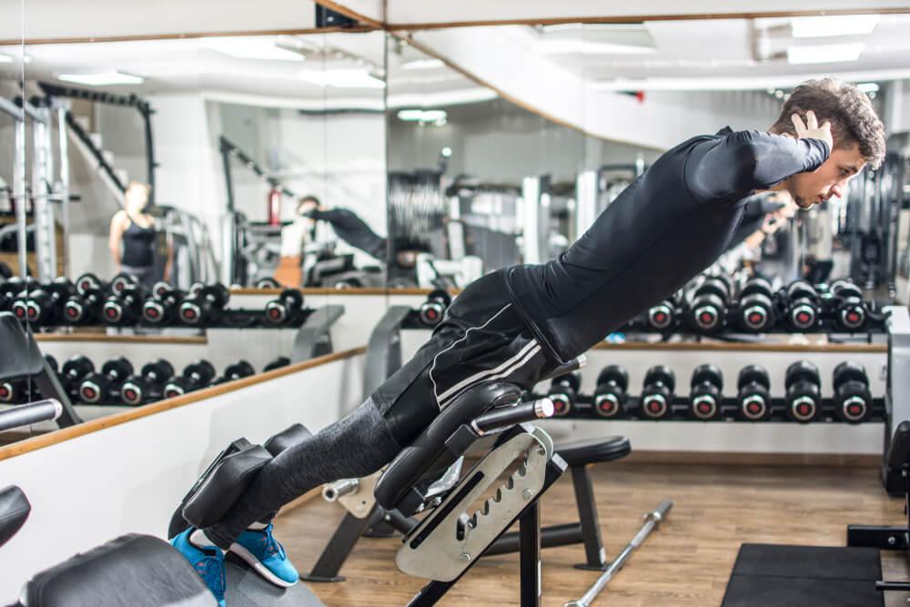 バックエクステンションで背筋を鍛える男性