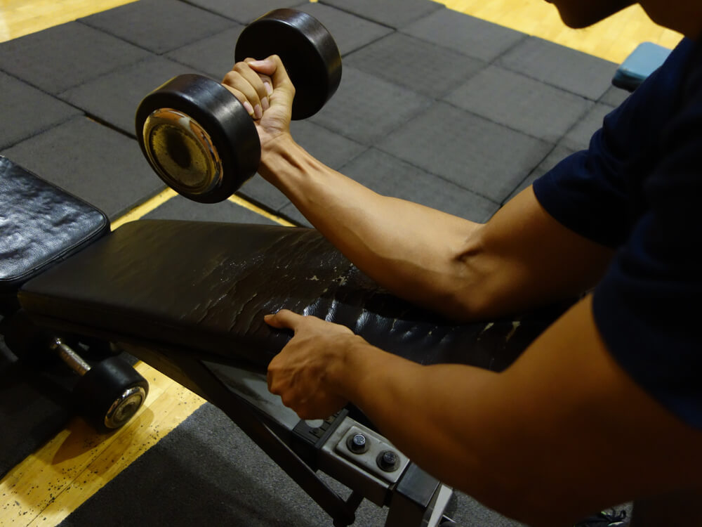 リストカールで腕を鍛える男性