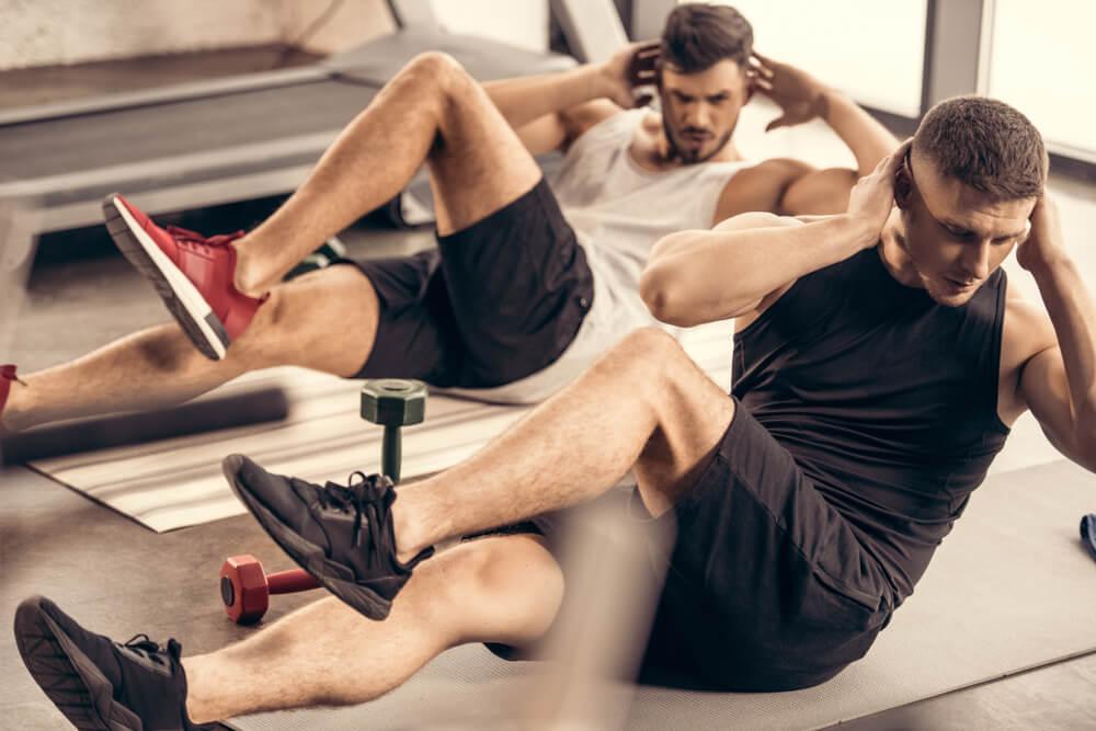 バイシクルクランチで腹筋を鍛える男性