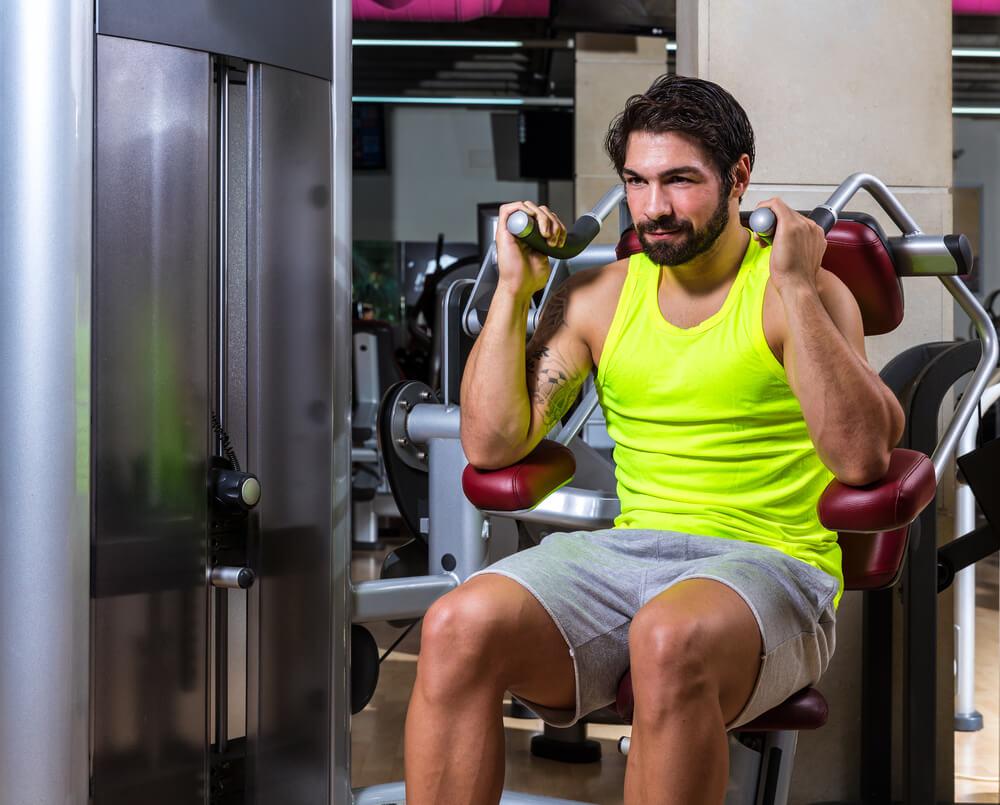 アブドミナルクランチで腹筋を鍛える男性