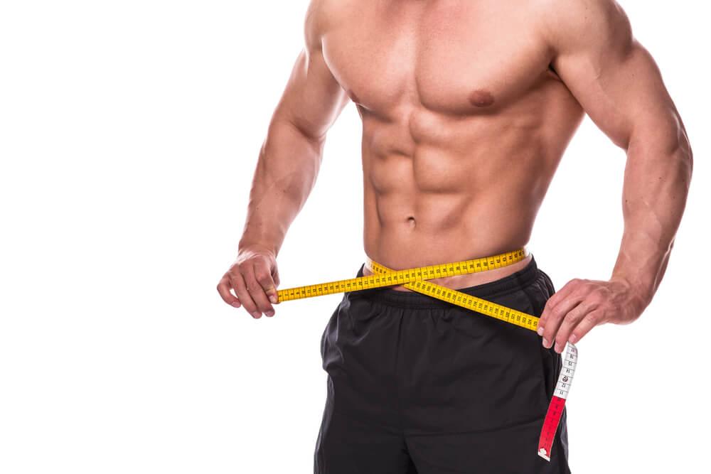 腹筋の周囲を計測する男性