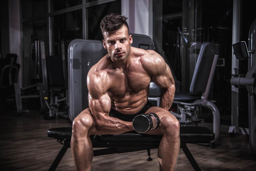アームカールで上腕二頭筋を鍛える男性
