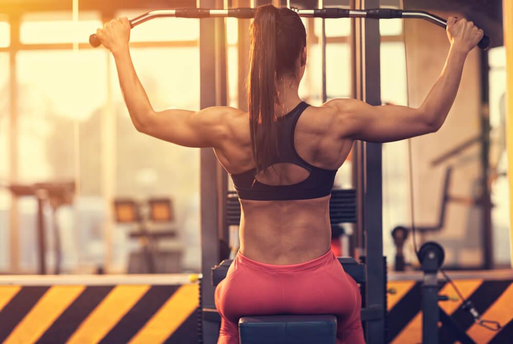 ラットプルダウンで背中を鍛える女性