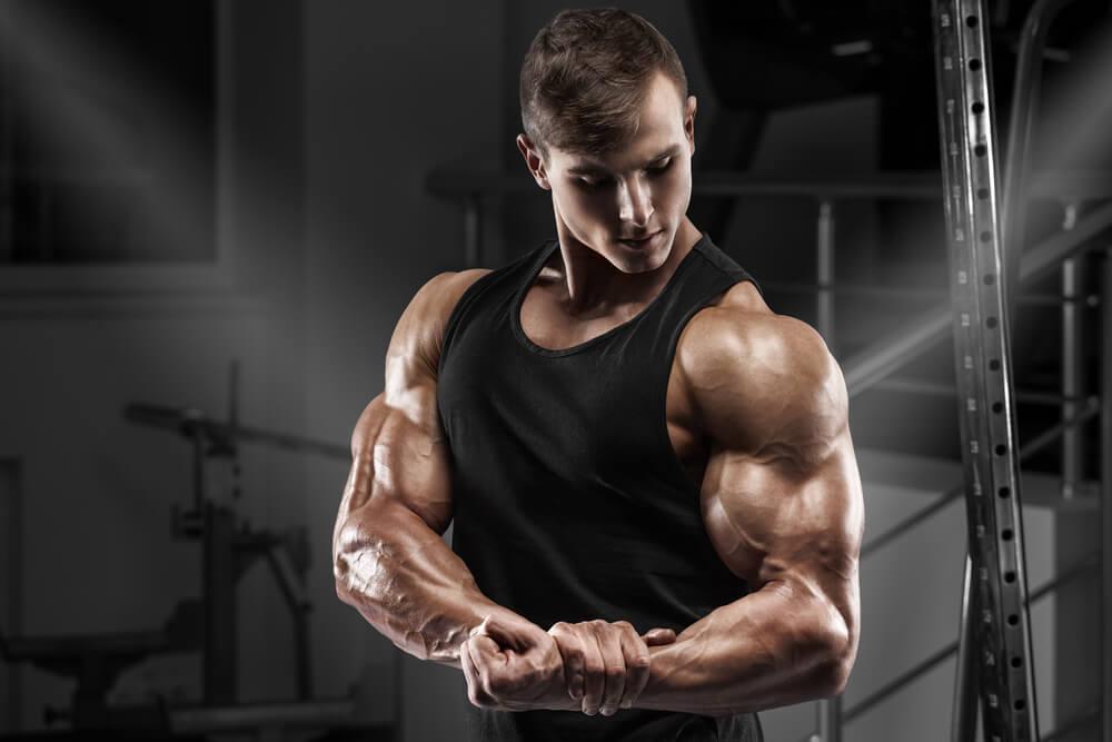 腕の筋肉が発達している男性
