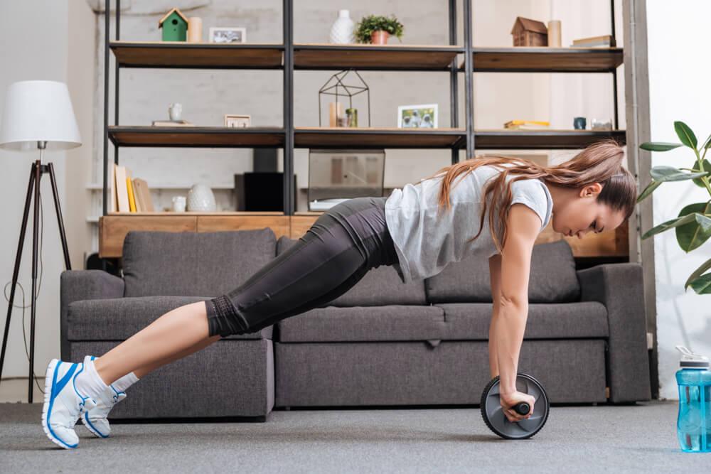 腹筋ローラーで腹筋を鍛える女性