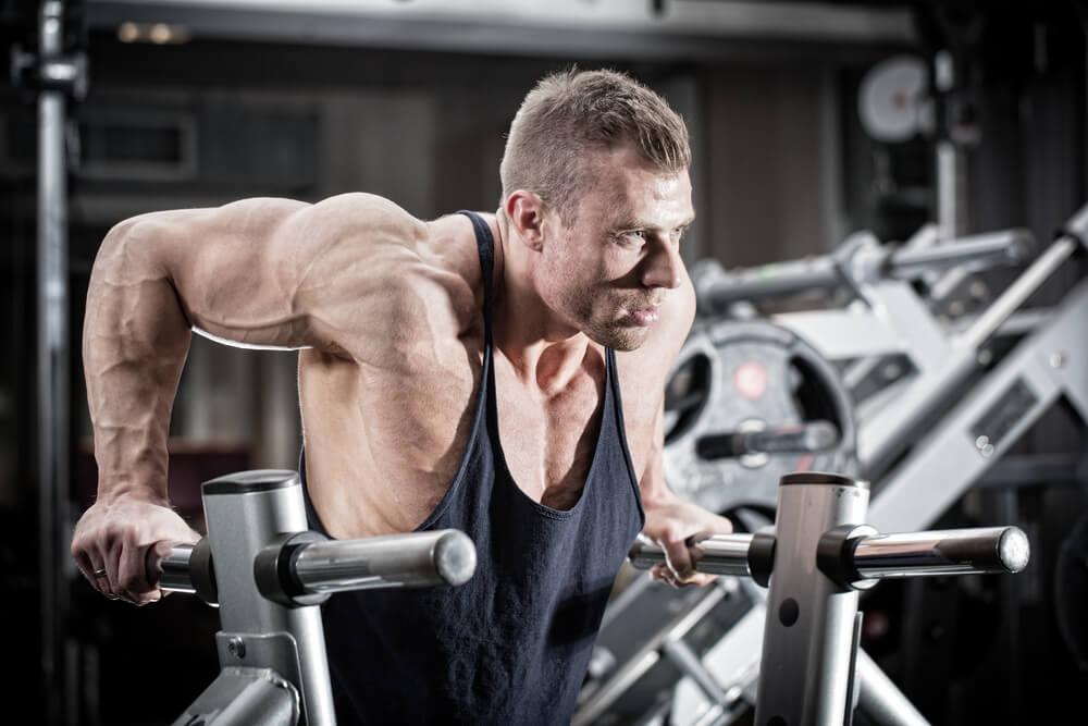 ディップスで大胸筋下部を鍛える男性
