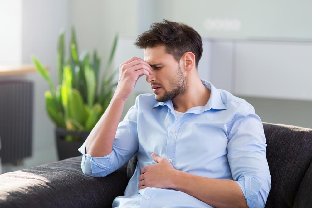 腹痛に苦しむ男性