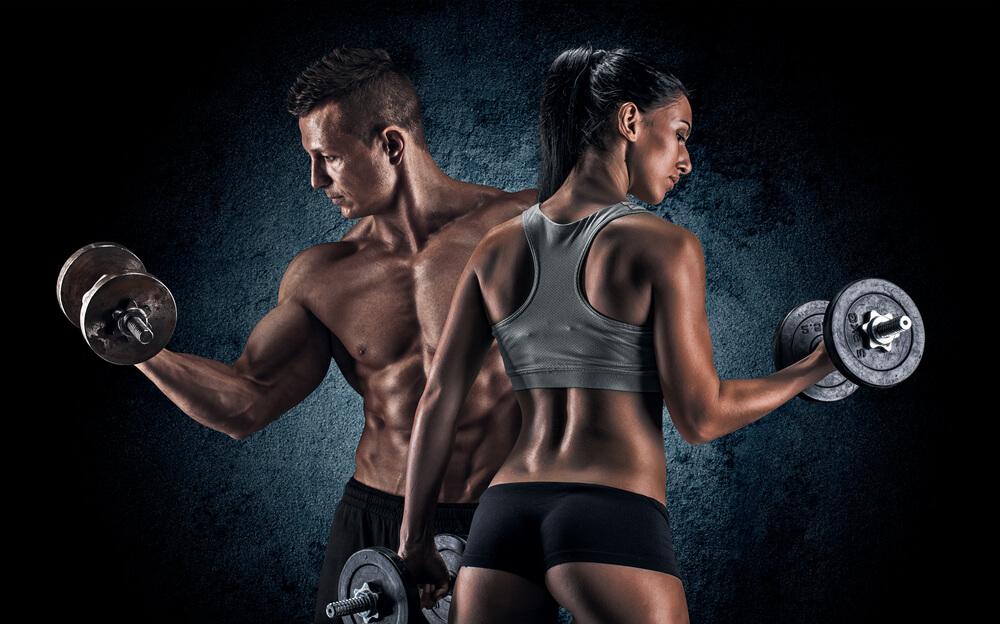 腕を鍛える男性と女性