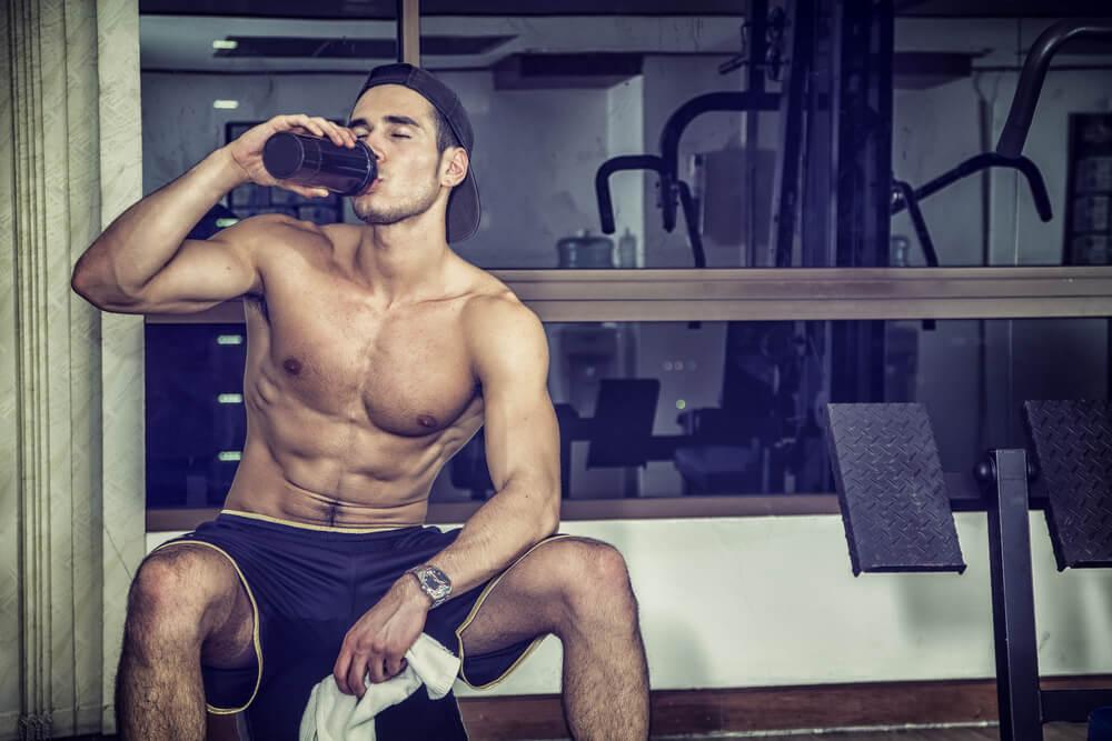 プロテインを飲む男性