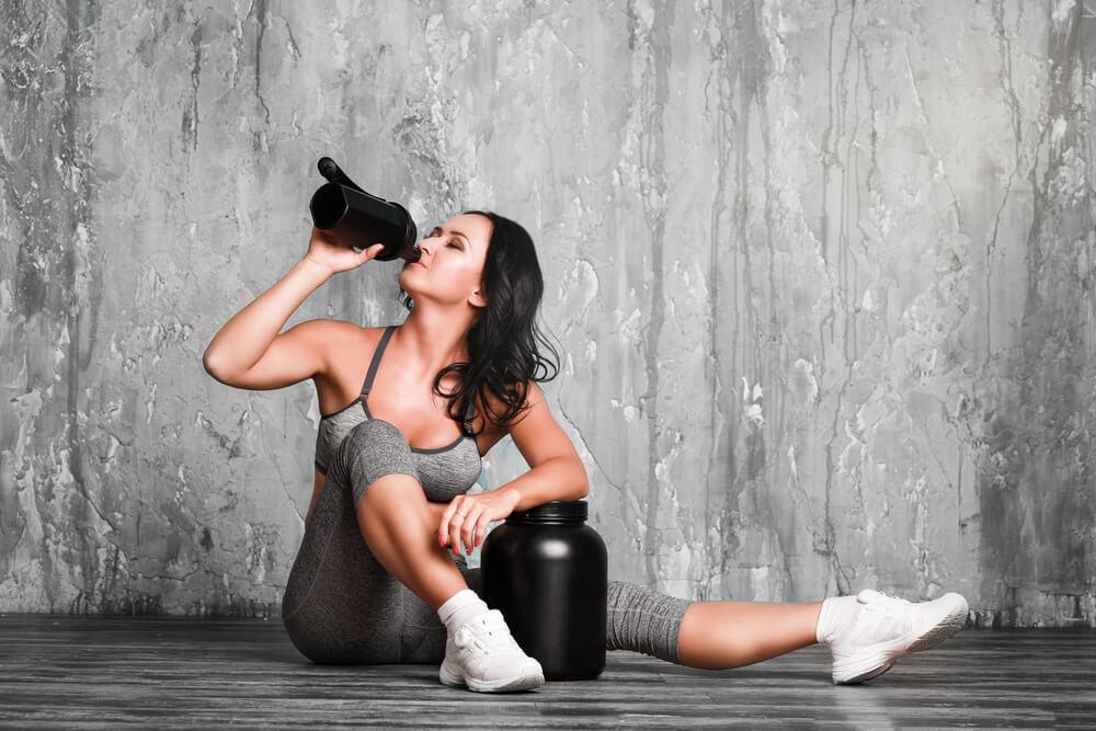 プロテインを飲む女性